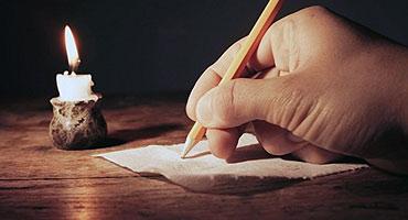 pisac pise olovkom pod svijecom